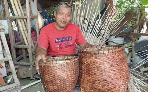 ตายายสุโขทัย ทั้งสับทั้งสาน นั่งทำสิ่งประดิษฐ์วิถีไทยที่ไร้คนสืบทอดวิชา